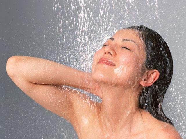 髪を洗い流している人