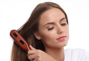 髪をとかしている女性
