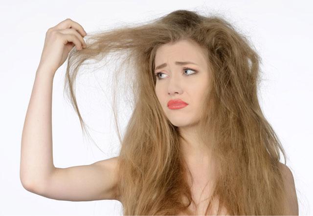 バサバサの髪の女性