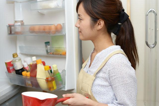 冷蔵庫を空けている女性